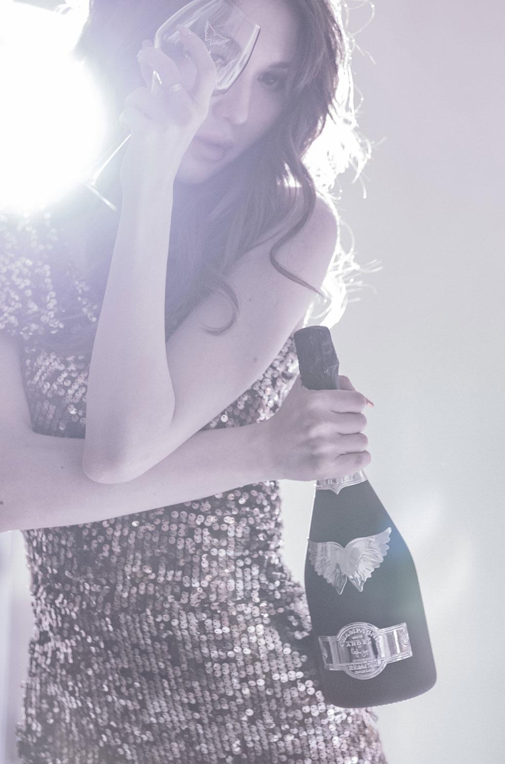 ウェブサイト(WEB)用、フード&ドリンクファッション モデル レディース撮影の写真です。クライアントはANGEL CHAMPAGNEです。(1o-162)