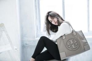 バナー(広告)用、バッグ&小物ファッション モデル レディース撮影の写真です。クライアントはAMAZING CIRCUSです。(1k-161)