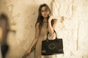 バナー(広告)用、バッグ&小物ファッション モデル レディース撮影の写真です。(1k-184)